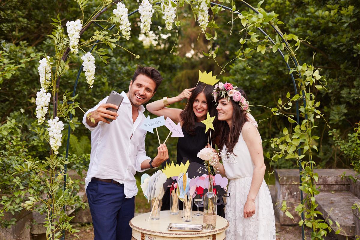 zdjęcia grupowe w ogrodzie