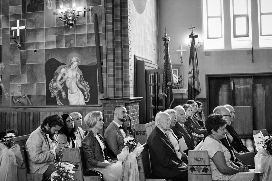 goście siedzą w kościele