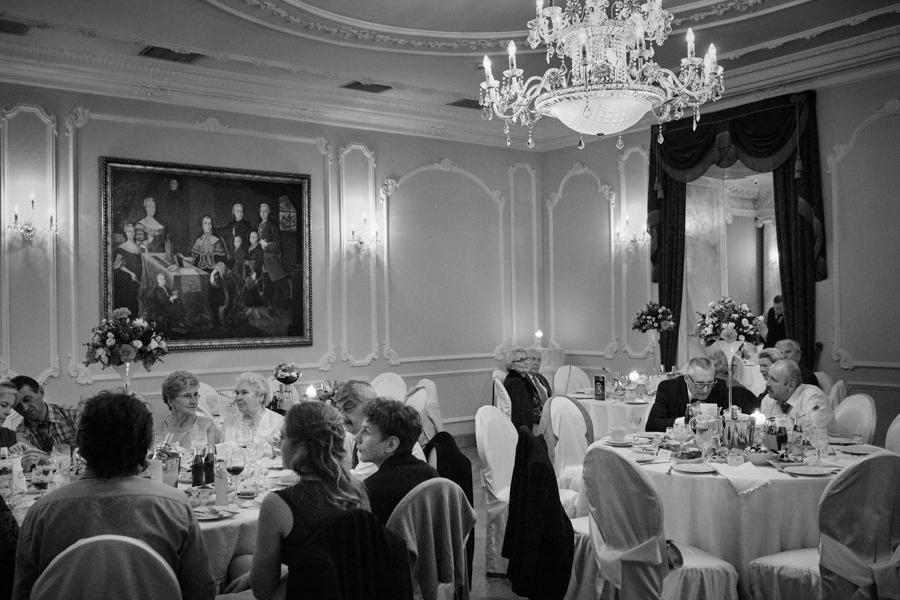 goście podczas przyjęcia weselnego