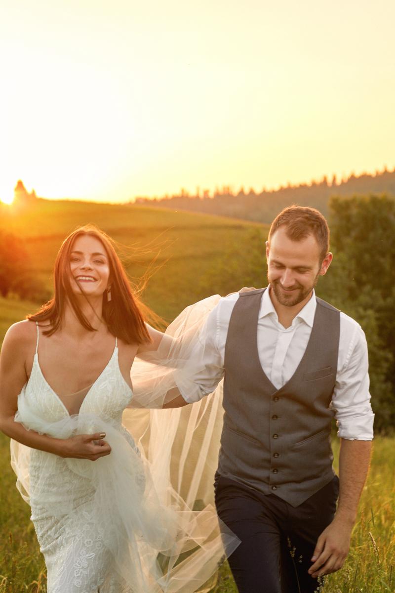 zdjęcie ślubne pary młodej o zachodzie słońca