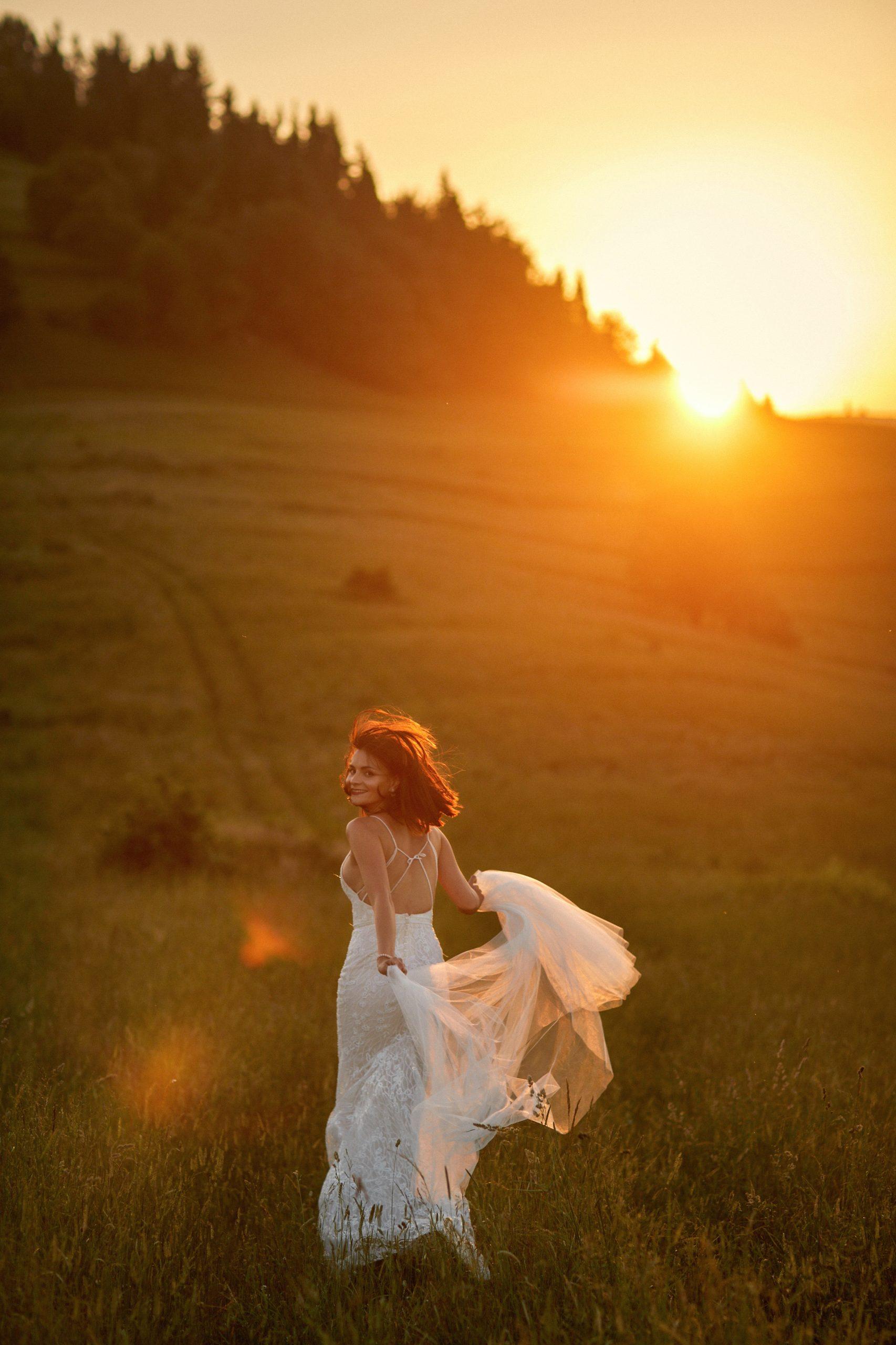 fotografia ślubna uciekającej panny młodej